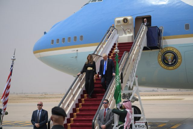 US President Donald Trump and First Lady Melania Trump step off Air Force One upon arrival at King Khalid International Airport in Riyadh on May 20, 2017. / AFP PHOTO / MANDEL NGAN