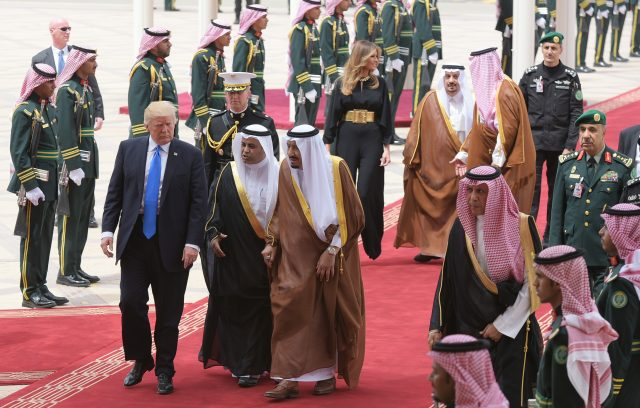 US President Donald Trump (L) is welcomed by Saudi King Salman bin Abdulaziz al-Saud (C) upon arrival at King Khalid International Airport in Riyadh on May 20, 2017, followed by First Lady Melania Trump (C-R). / AFP PHOTO / MANDEL NGAN