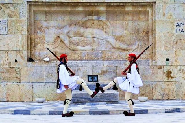 Αλλαγή φρουράς στο Σύνταγμα- Αποθεώθηκαν οι Εύζωνες (vid) |  Alphafreepress.gr