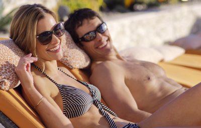Ζευγάρι σε πισίνα ξενοδοχείου