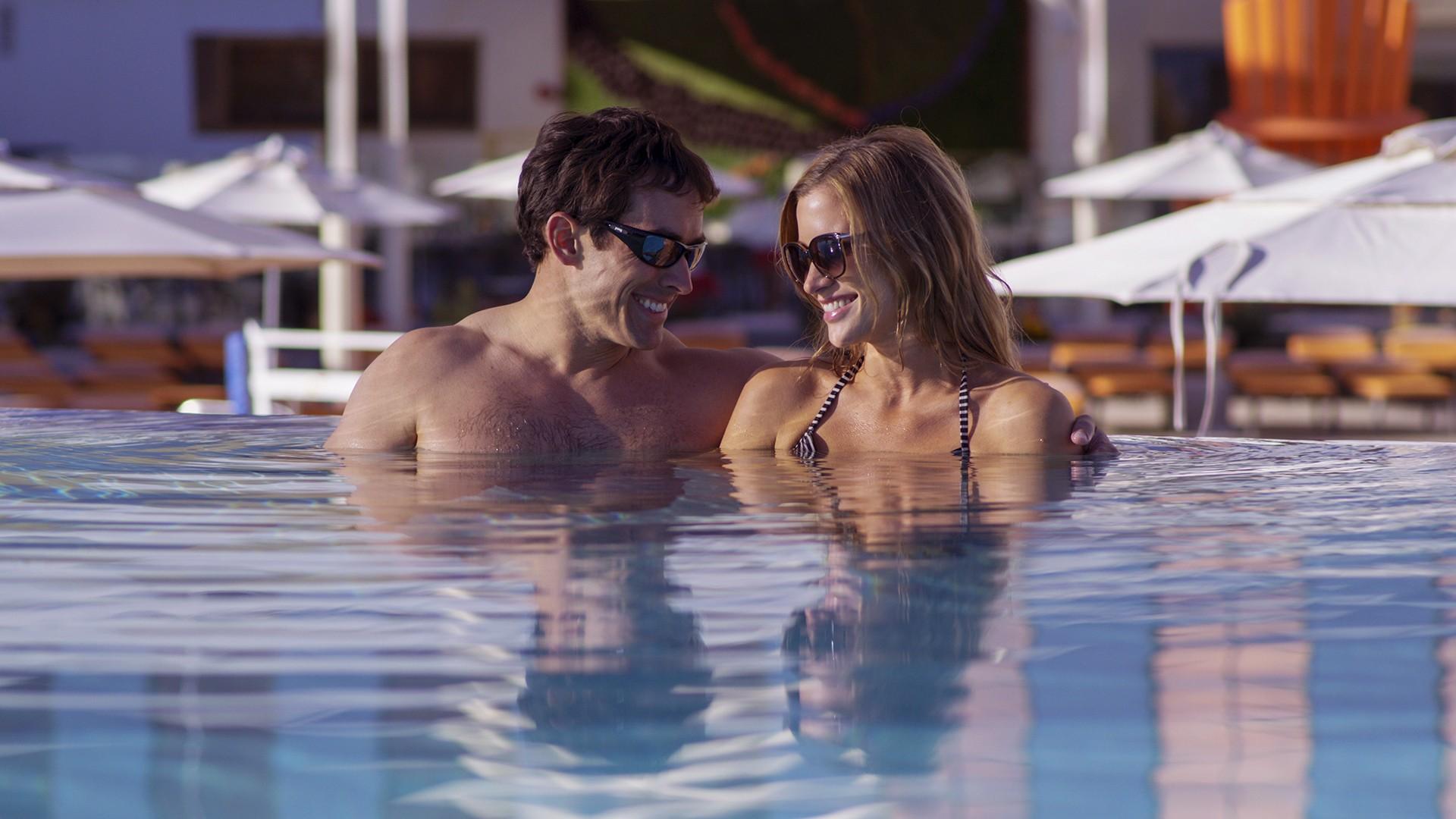 Ζευγάρι σε πισίνα