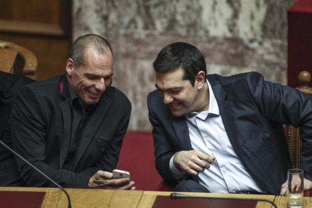 Βαρουφάκης και Τσίπρας γελούν στη Βουλή