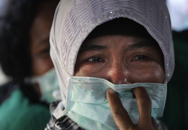 Ινδονησια, γυναίκα κλαιει