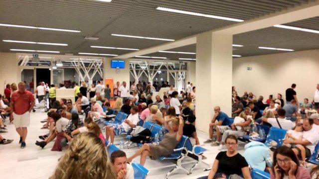 Επιβατες στο αεροδρομιο των Χανιων