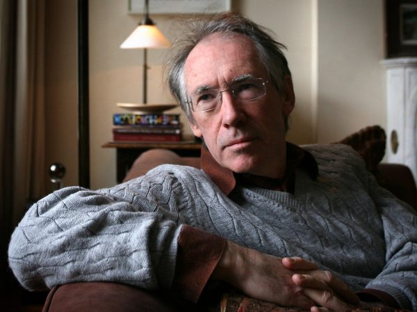 Ο συγγραφέας Ιαν ΜακΓιούαν