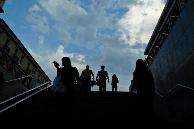 Διαβάτες κατεβαίνουν τη σκάλα στο Μετρό