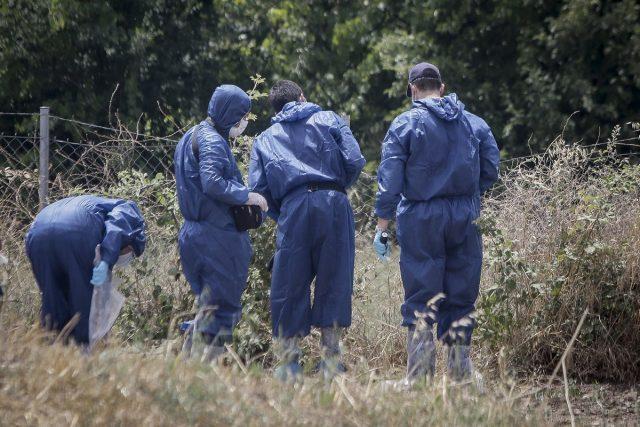 Αστυνομικοί ψάχνουν στην περιοχή του εγκλήματος