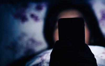 Κινητό τηλέφωνο, σκοτάδι, κρεβάτι