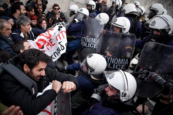 Ένταση στο κέντρο της Αθήνας στην πορεία των εκπαιδευτικών
