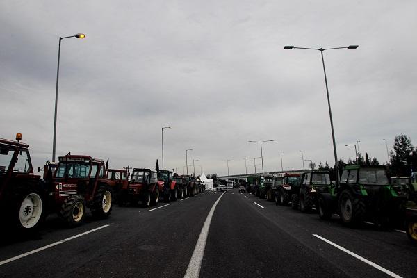 Αγρότες άφησαν... σανό στα γραφεία του ΣΥΡΙΖΑ Καλαμάτας - Κλιμακώνονται οι κινητοποιήσεις