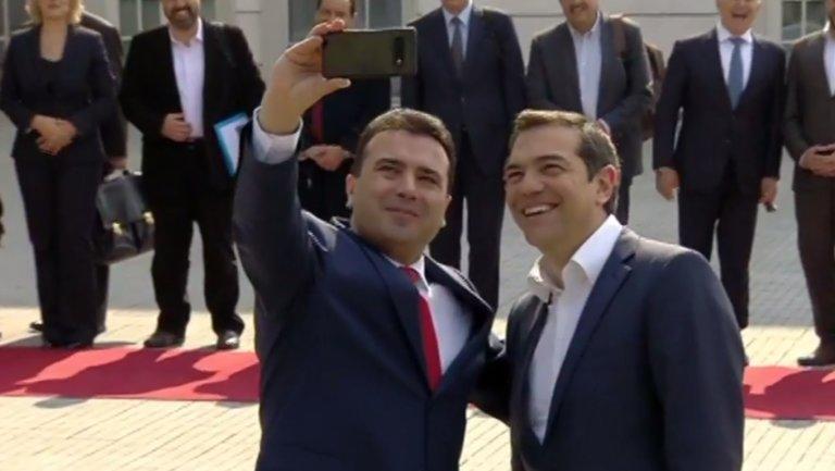 """Τσίπρας Σκόπια: Προσγειώθηκε ο πρωθυπουργός, """"βροχή"""" οι σέλφι με ..."""