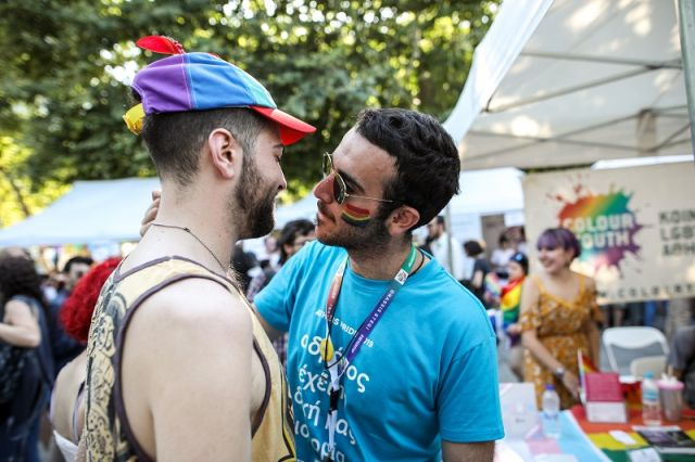 7c3f4cd6c2 Όσοι βρέθηκαν στο Athens Pride είδαν έναν νεαρό άνδρα να έχει πάνω του μια  σημαία