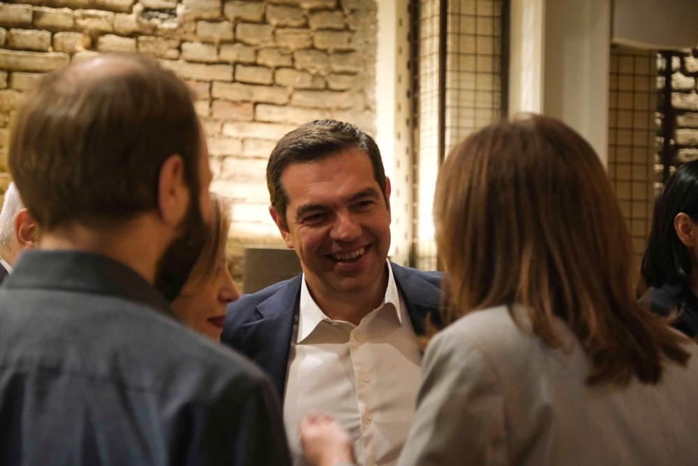 Μπαρ ΣΥΡΙΖΑ: Στου Ψυρρή Τσίπρας, Δούρου και άλλοι – Χαμογελάκια και fingerfood