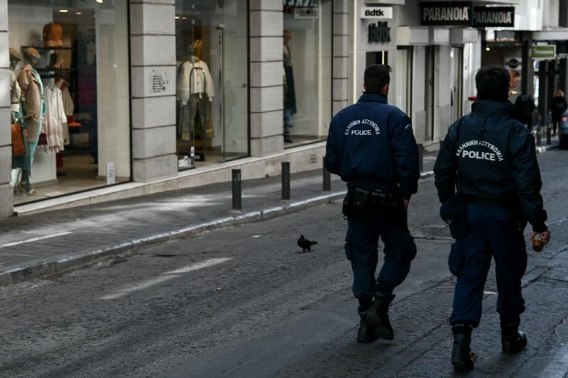 Κορονοϊός Ελλάδα: 27χρονη έβηξε στο πρόσωπο αστυνομικού και συνελήφθη