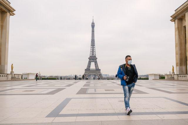 άντρας με μάσκα στο πύργο του 'Αιφελ
