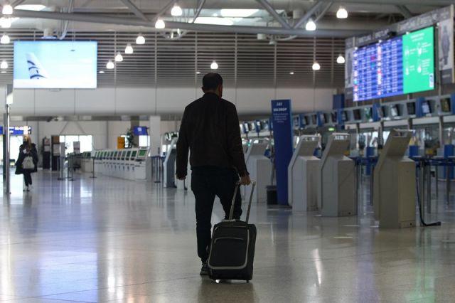 επιβάτης με βαλίτσα