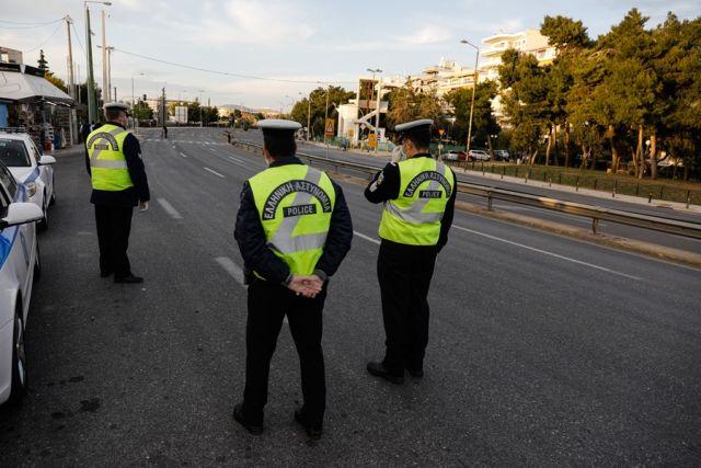Αστυνομικοί κάνουν ελέγχους για τα μέτρα του κορονοϊού