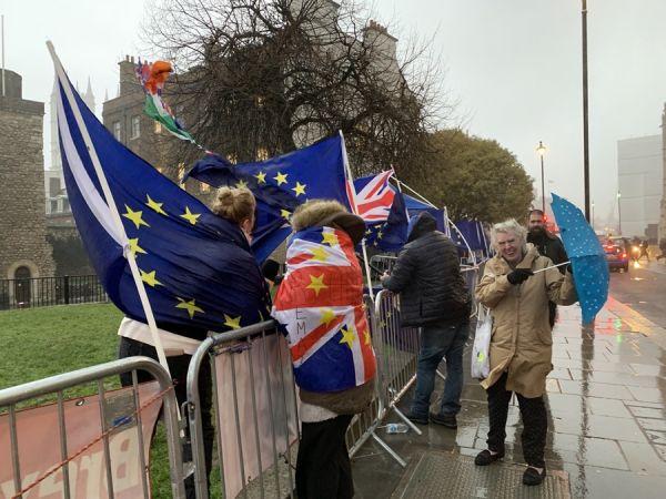 Βρετανοί διαδηλώνουν για το Brexit
