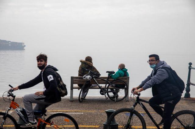 νέοι κάνουν ποδήλατο