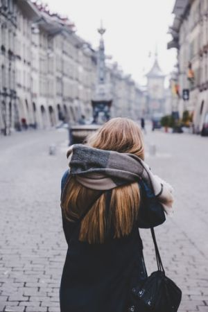 γυναίκα σε δρόμο της Βέρνης