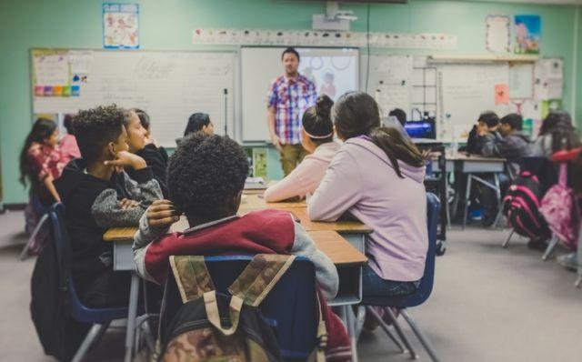 δάσκαλο σε τάξη με μαθητές