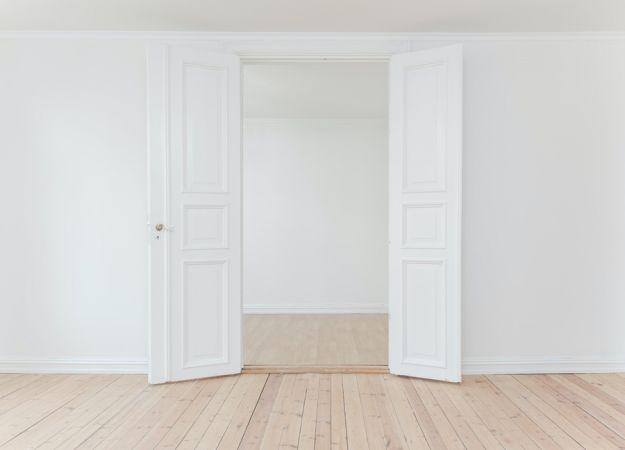 Λευκός τοίχος και λευκή πόρτα