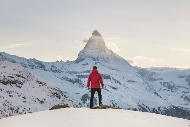 άντρας στέκεται σε χιονισμένο βουνό