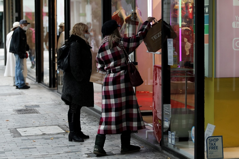 Κοπέλα ανοίγει το κατάστημα στην Ερμού