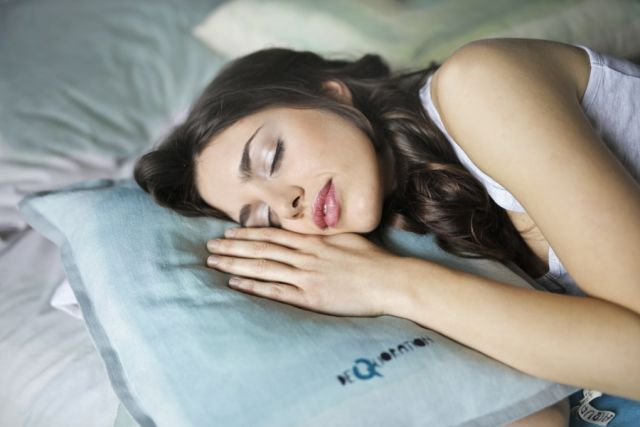 Κοπέλα κοιμάται πάνω σε μαξιλάρι
