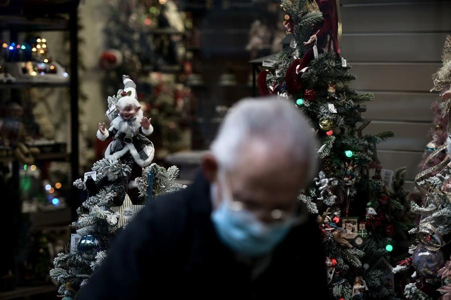 Ηλικιωμένος μάσκα χριστουγεννιάτικο κατάστημα