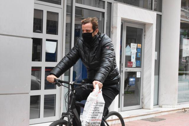 Άνδρας με μάσκα σε ποδήλατο