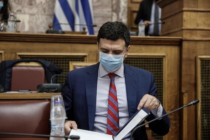 Ο Βασίλης Κικίλιας στη Βουλή με τις σημειώσεις του