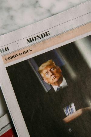 Εφημερίδα με φωτογραφία του Τραμπ