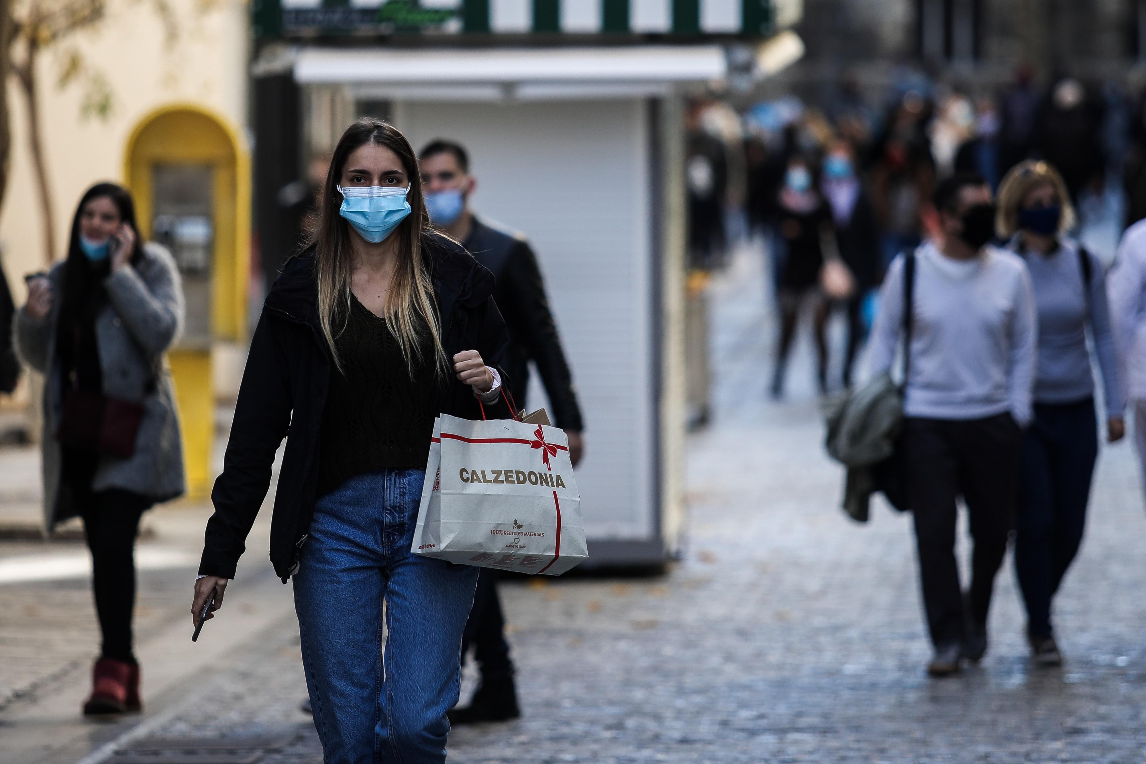 Ερμού κοπέλα με μάσκα