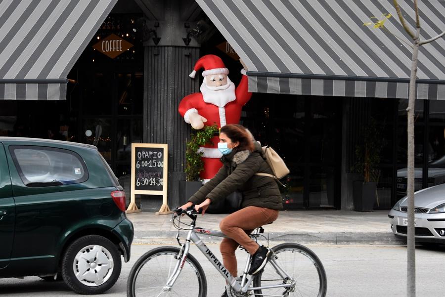 Κοπέλα με μάσκα και ποδήλατο