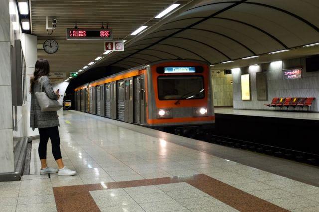 Κοπέλα περιμένει το μετρό