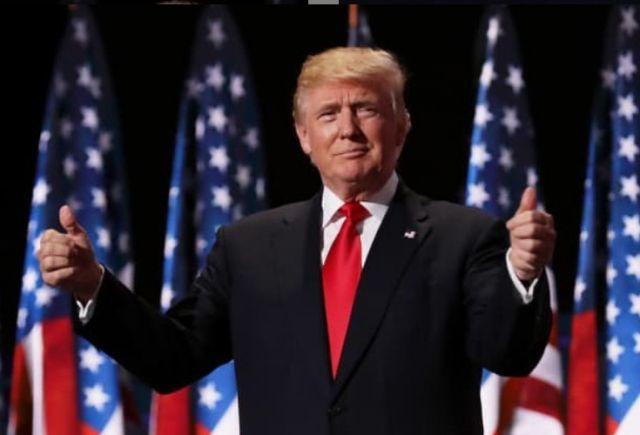ο Ντόναλντ Τραμπ με σηκωμένους αντίχειρες