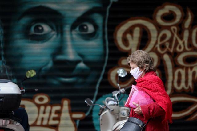 Γυναίκα με μάσκα στην Ερμού