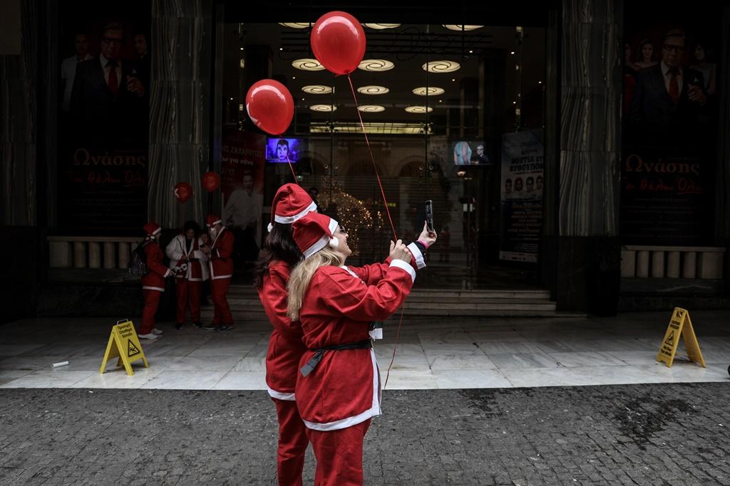 Κοπέλες ντυμένες Άγιος Βασίλης selfie μπαλόνια