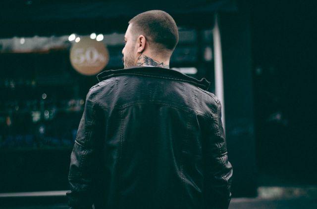αγόρι με τατουάζ