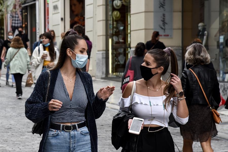 Κοπέλες με μάσκα στην Ερμού