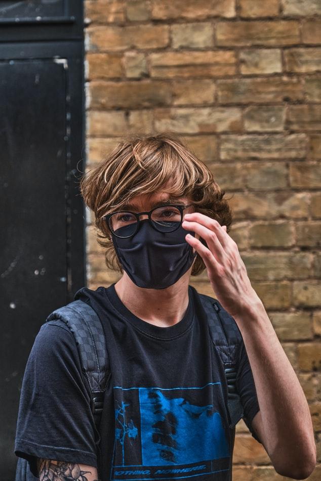 Νεαρός με μάσκα