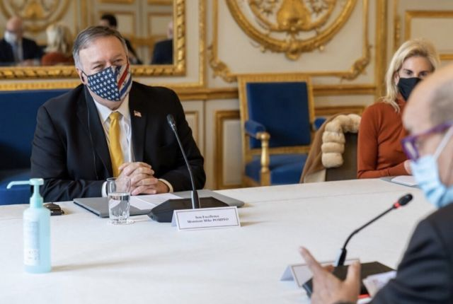 ο Μάικλ Πομπέο με μάσκα
