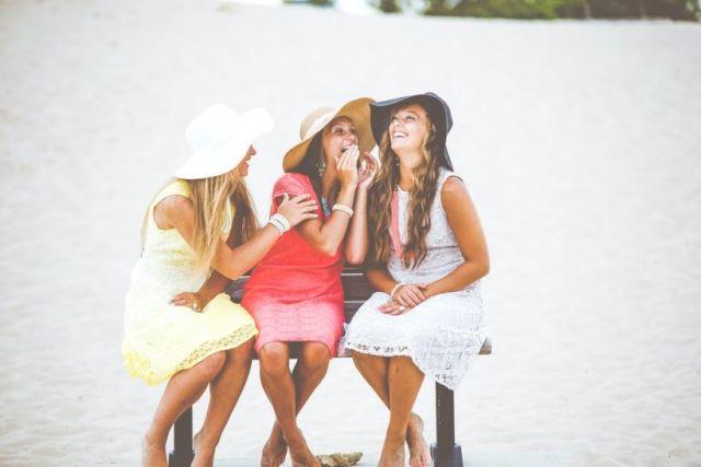 Τρεις γυναίκες κουτσομπολεύουν