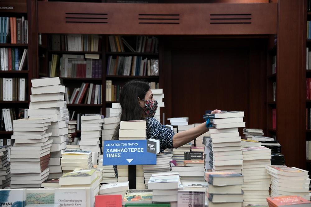 Βιβλιοπωλείο βιβλία υπάλληλος με μάσκα