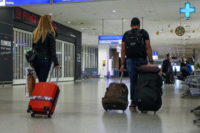 Κόσμος στο αεροδρόμιο