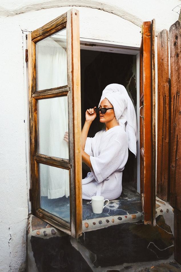 Γυναίκα με μπουρνούζι