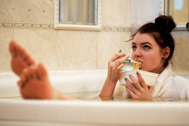 Γυναίκα τρώει στην μπανιέρα