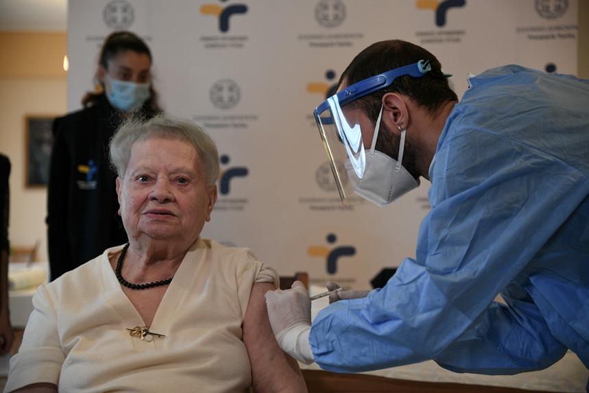 Ηλικιωμένη εμβολιάζεται