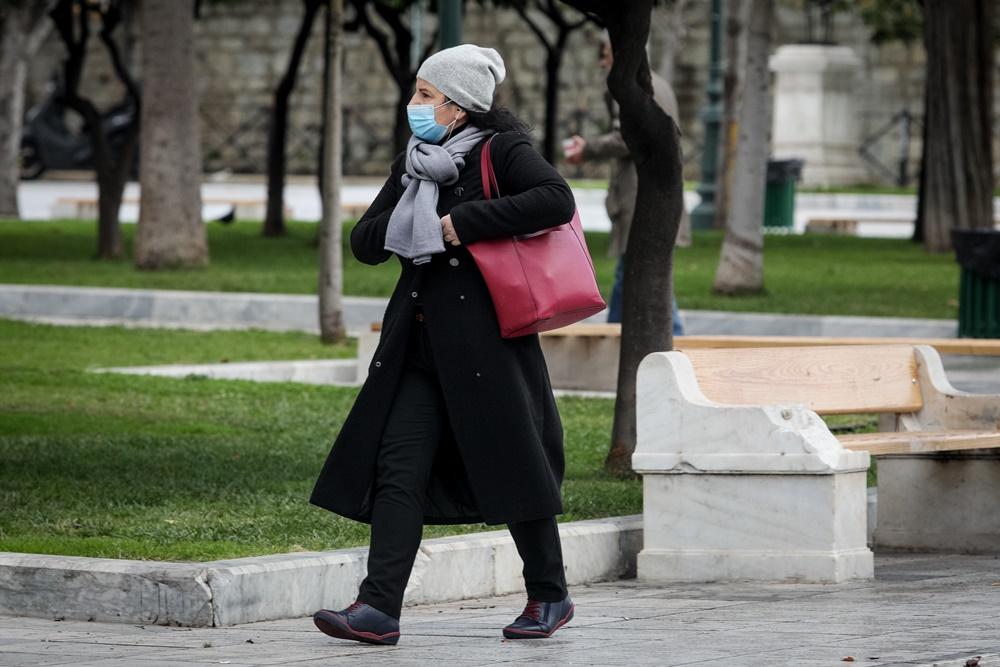Γυναίκα με μάσκα και σκούφο
